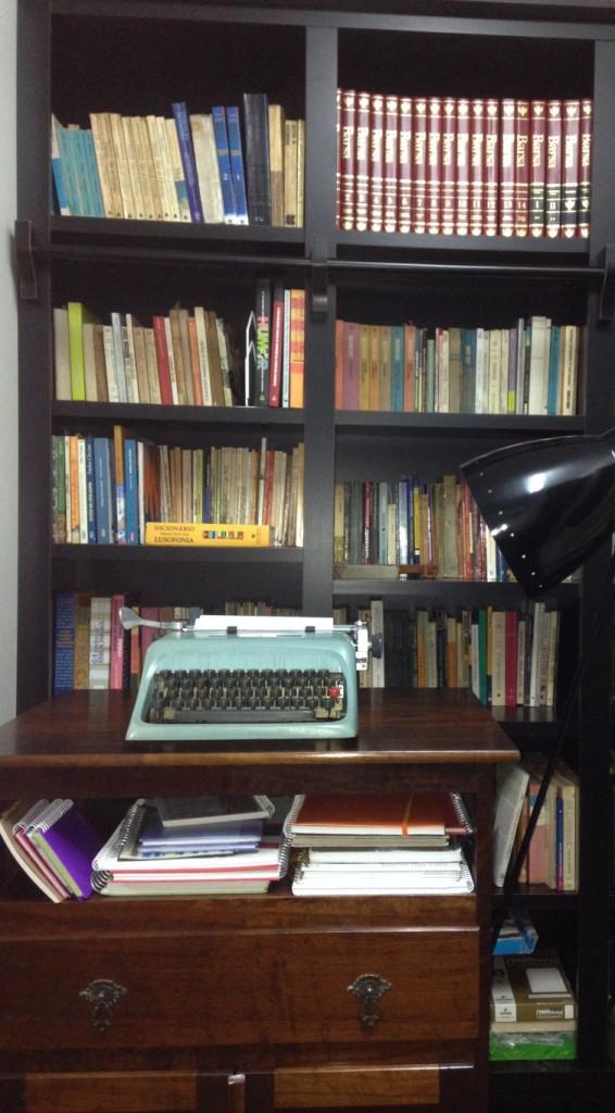 Estante com máquina de escrever